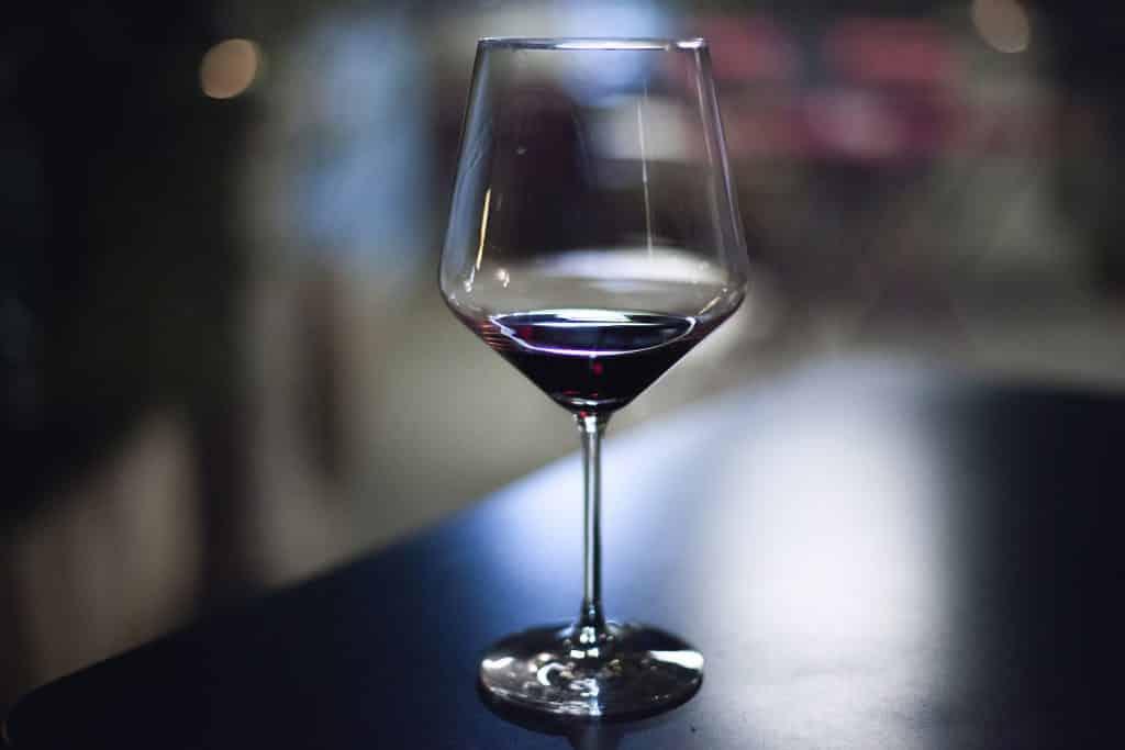 Taça com um pouco de vinho