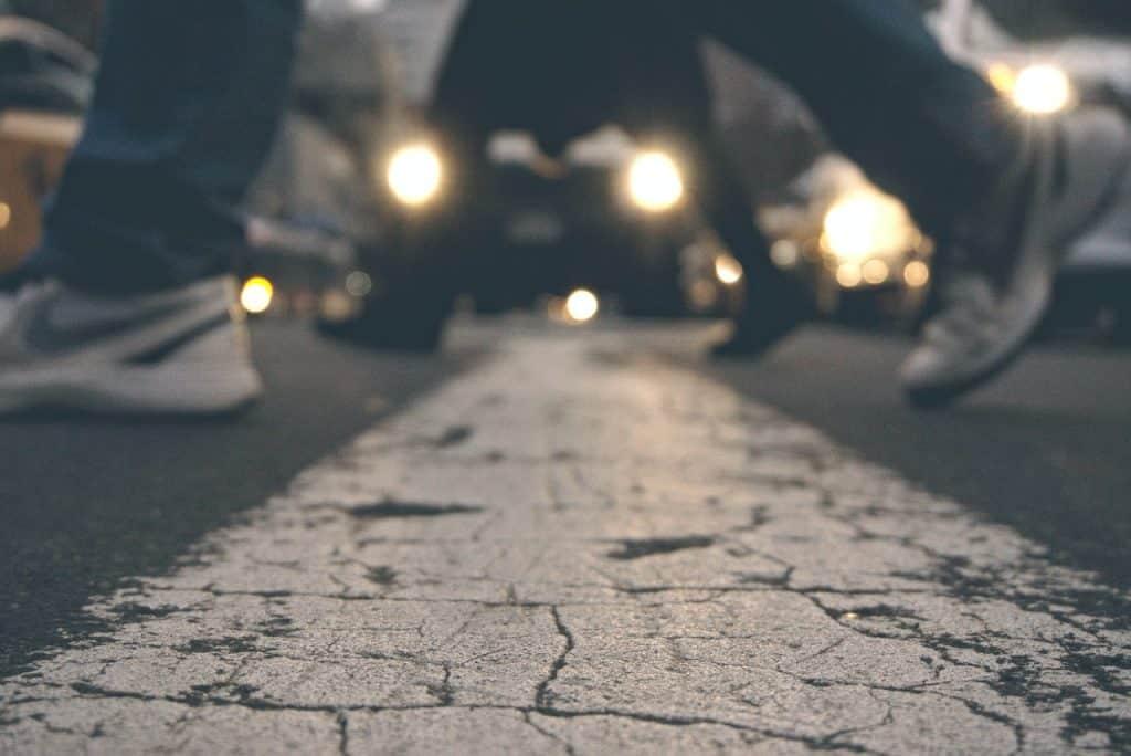 Imagem desfocada dos pés de pessoas caminhando.