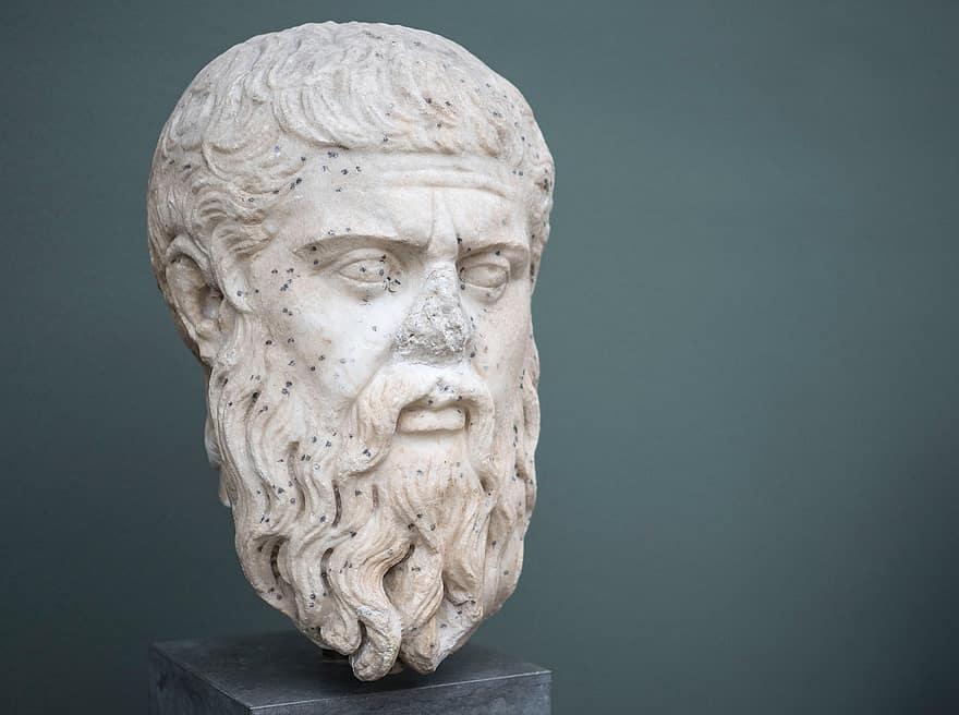 Escultura da cabeça de Platão exposta em um museu