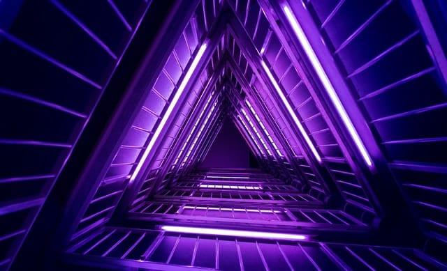 Caminho de luzes violeta triangular