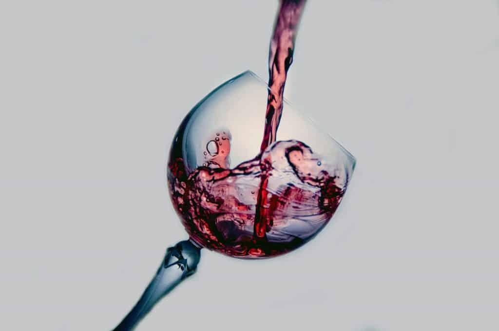 Taça com vinho caindo