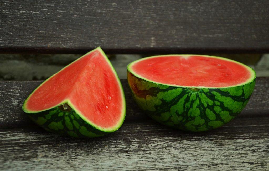 Imagem de uma melancia cortada ao meio.