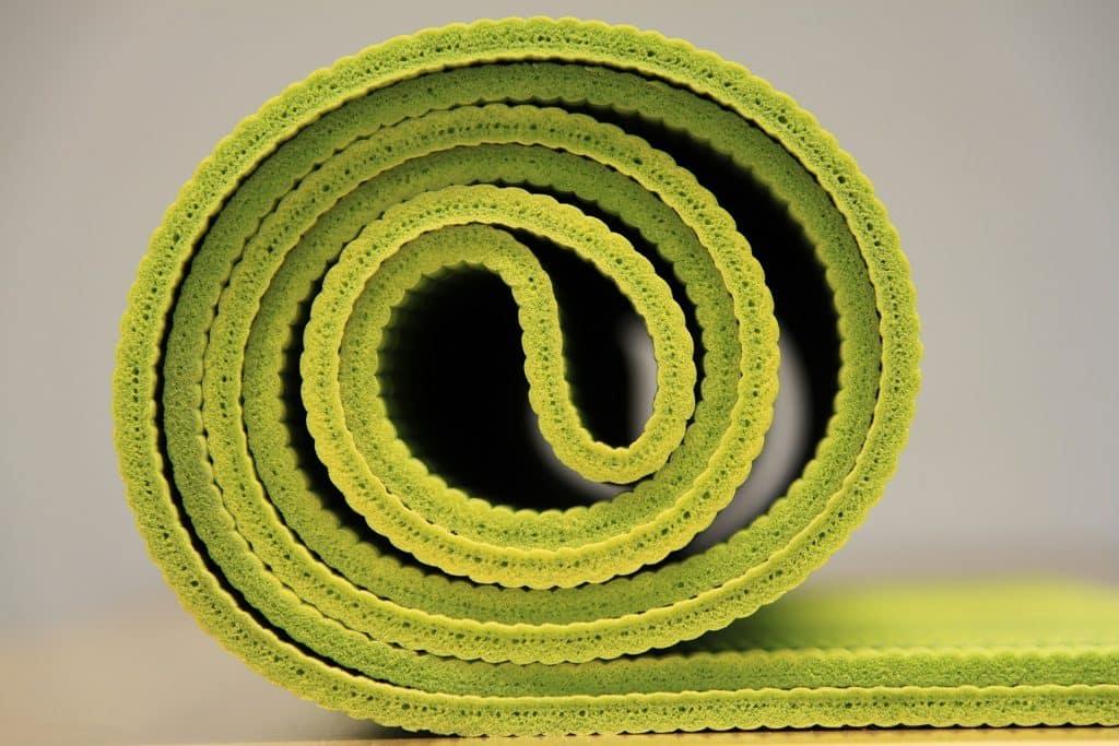 Imagem de um tapete de yoga na cor verde.