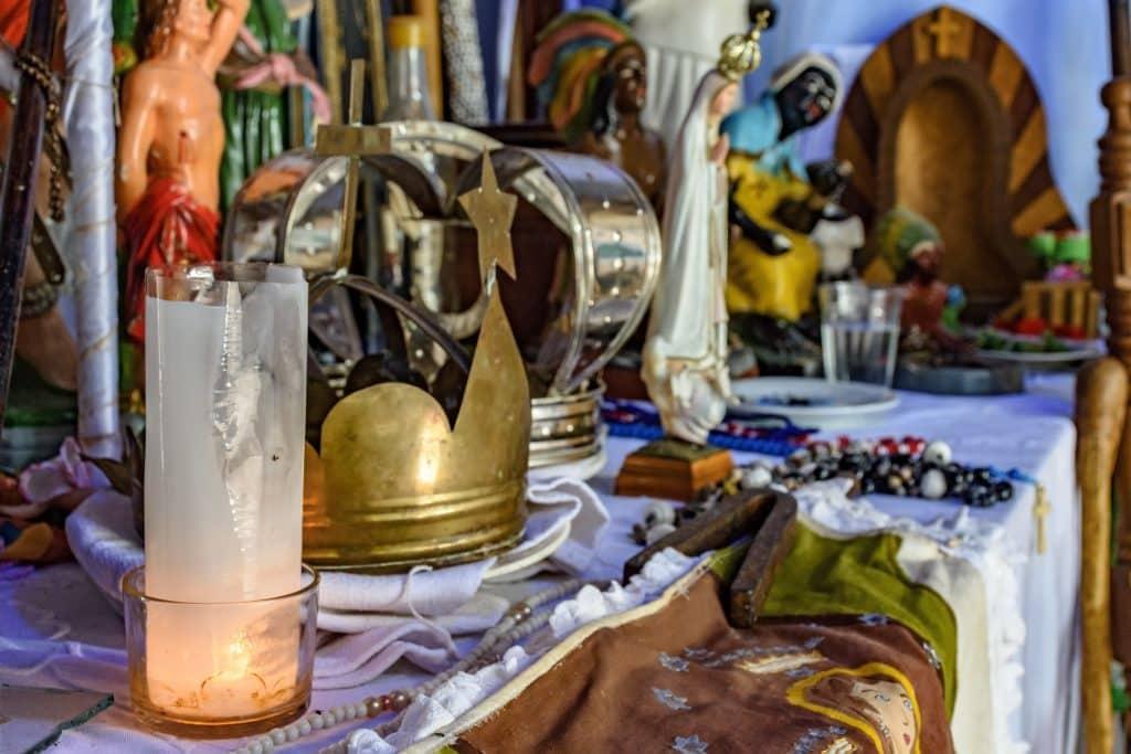 Imagem de um altar da religião da Umbanda feito para os trabalhos da linha do Preto Velho.