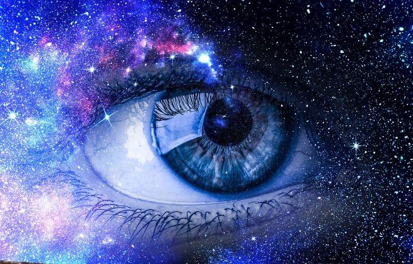 Olho azul em um fundo de universo.