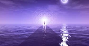 Foto de um oceano roxo, com o céu e a lua igualmente roxos. Há uma porta ao final e uma pessoa está passando por ela.