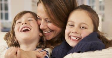 Mãe abraçando filhos