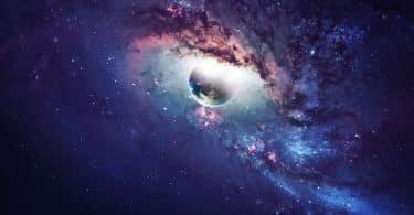Universo com planeta terra com luzes e nuvens em volta