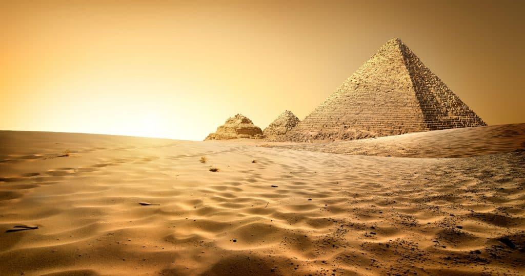 Pirâmide no deserto de areia