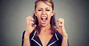 Mulher com expressão de raiva