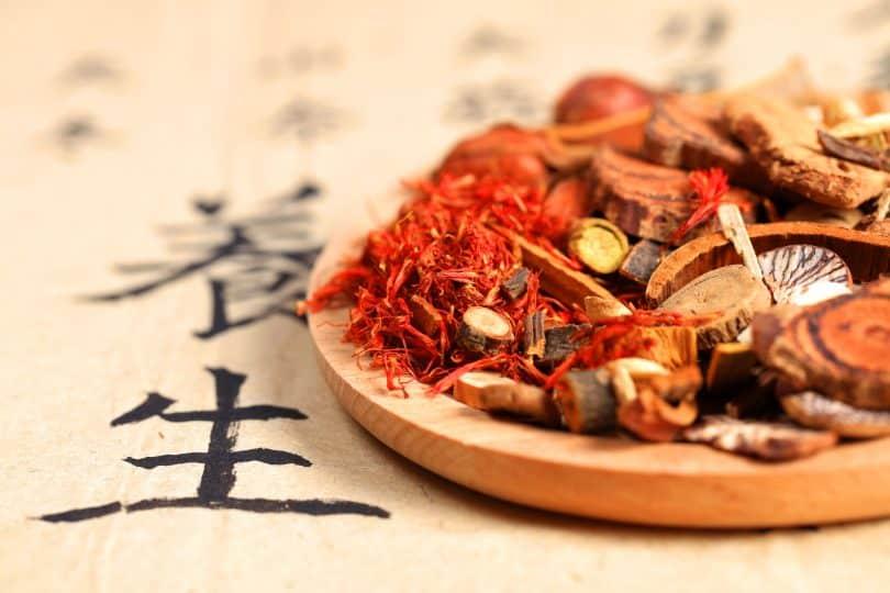 Close num prato com elementos da medicina tradicional chinesa.