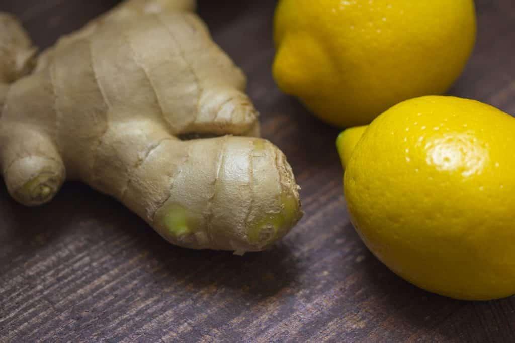 Imagem de um gengibre e dois limões, ingredientes para o preparo da água com gengibre.