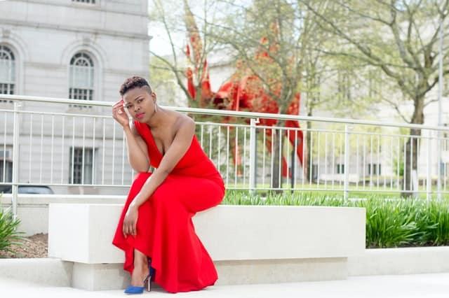 Mulher sentada de vestido vermelho