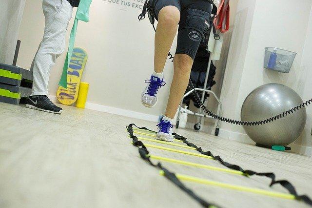Pessoa fazendo exercício de fisioterapia visto do chão