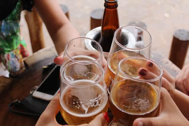Copos de cerveja cheio em brinde vistos de cima