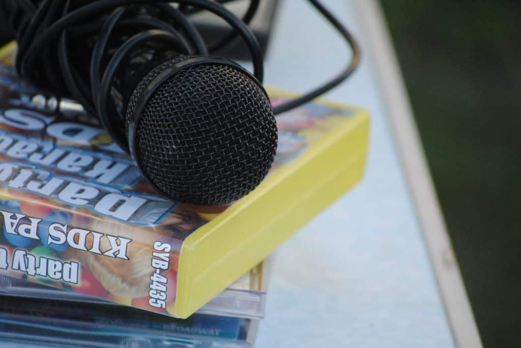Imagem de um microfone que será utilizado em uma produção artística.