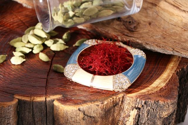 Prato com açafrão em mesa de tronco de árvore