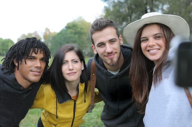 Quatro amigos tirando selfie