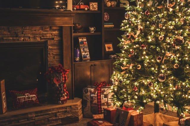 Árvore de Natal montada em uma sala