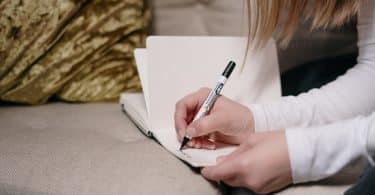 Mulher fazendo anotações em uma agenda