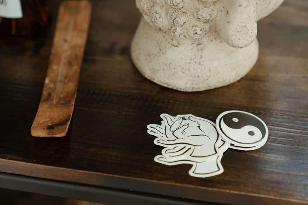 Desenho do símbolo Yin-Yang numa mesa de madeira.
