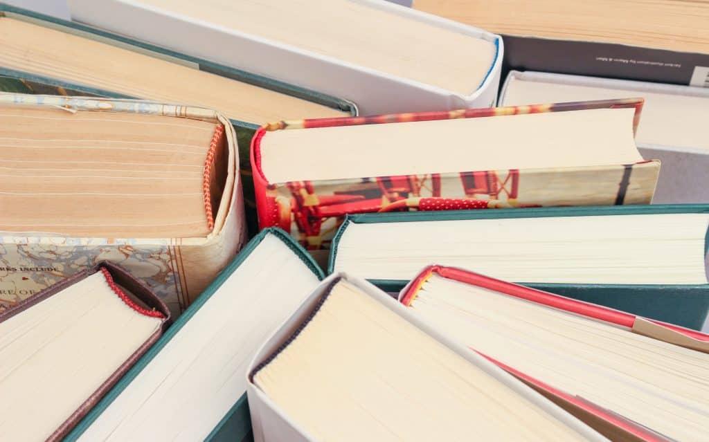 Livros um ao lado do outro