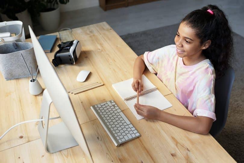 Criança assistindo aula pelo computador