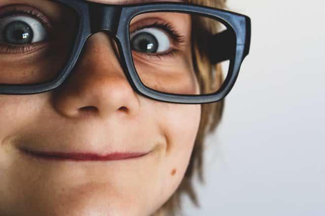 Criança com óculos grande visto de perto