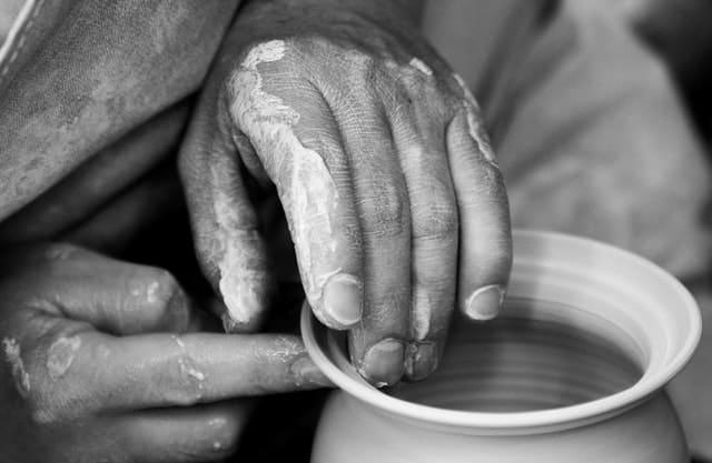 Mãos mexendo em argila