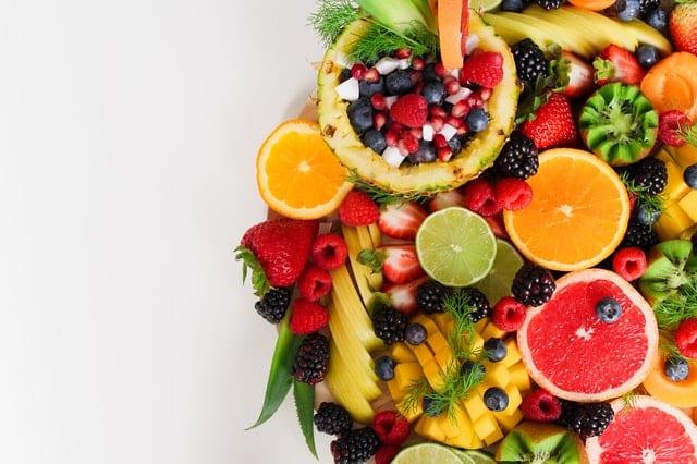 Mesa com frutas vistas de cima