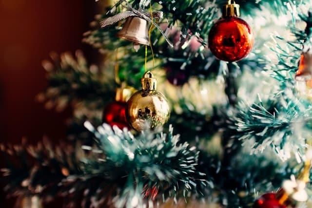 Bolas de natal penduradas em árvore de natal vista de perto