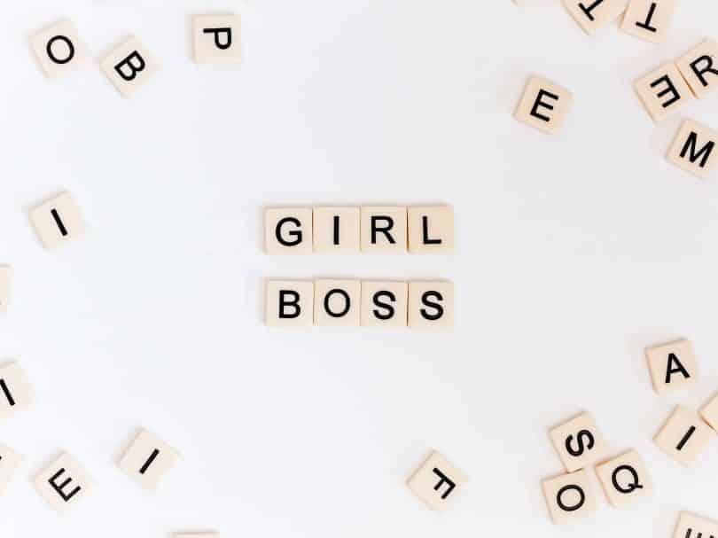 """Letrinhas formando a palavra """"Girl boss"""""""