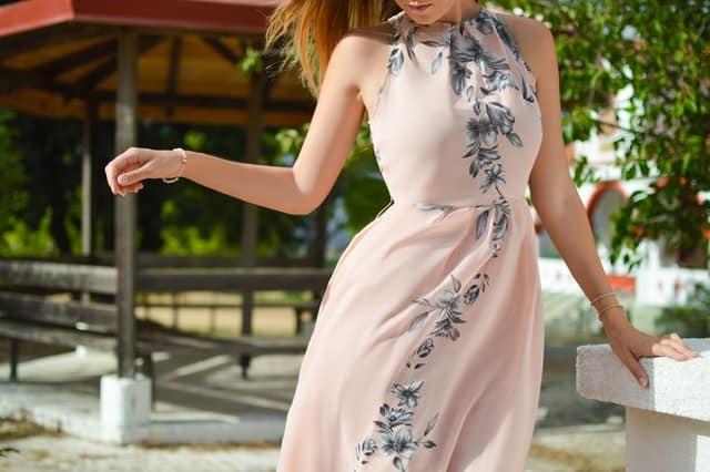 Mulher de vestido rosa com vento