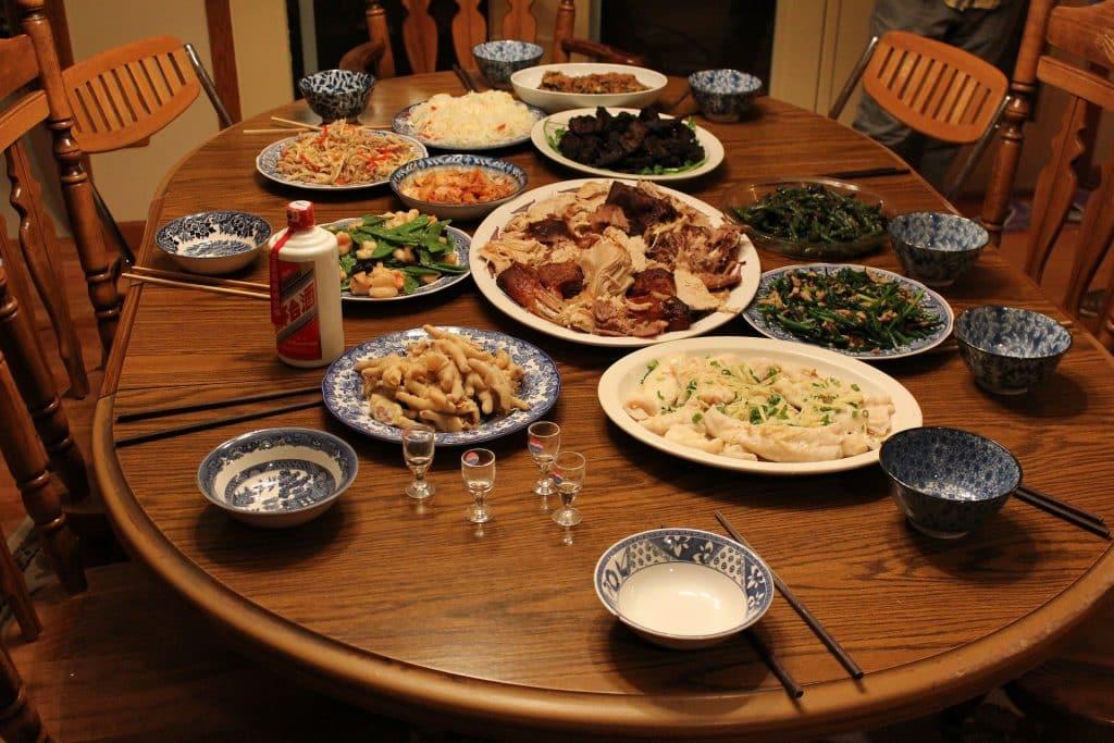 Imagem de uma linda mesa de madeira e sobre ela alimentos diversos para celebrar o dia de ação de graças.