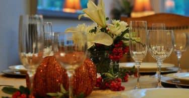 Imagem de uma linda mesa pronta e decorada para celebrar o dia de ação de graças.