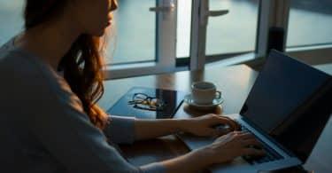 Mulher com as mãos no teclado do computador