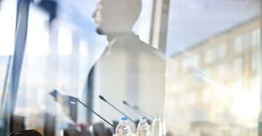 Homem sendo refletido em um vidro.