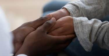 Imagem de duas pessoas dando as mãos como gesto de gentileza