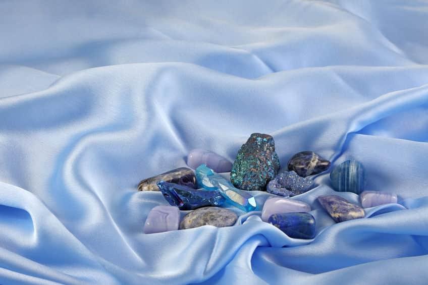Pedras azuis em cima de um lençol azul.