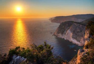 Mar e rochas no pôr-do-sol.