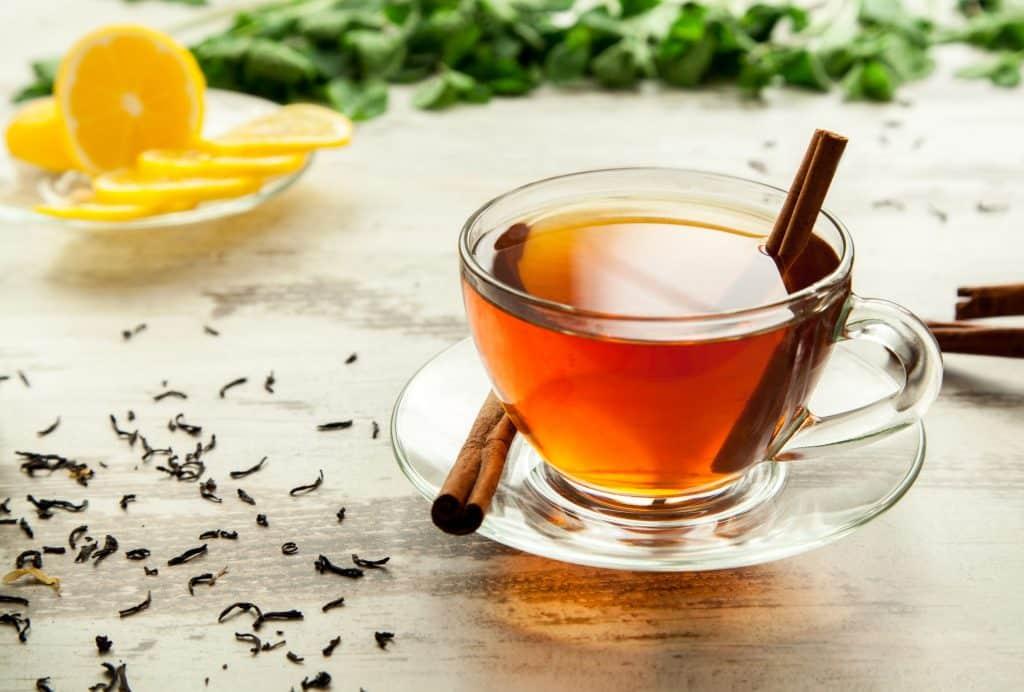 Xícara contendo chá de canela sobre a mesa