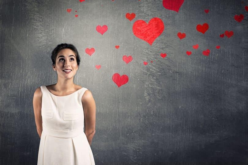 Mulher pensando no amor