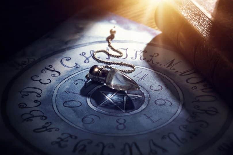 Pêndulo de cristal sobre mesa