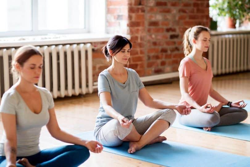 grupo de mulheres fazendo meditação