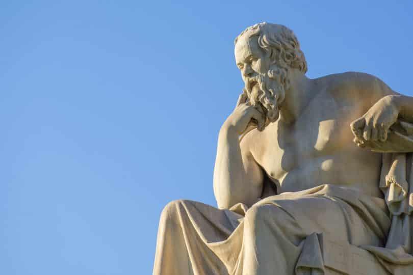 Filósofo grego Sócrates sentado