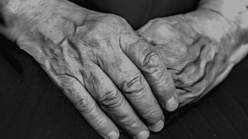Foto das mãos de um idoso