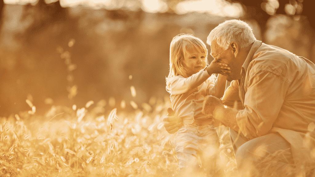 Neta tocando no rosto do avô