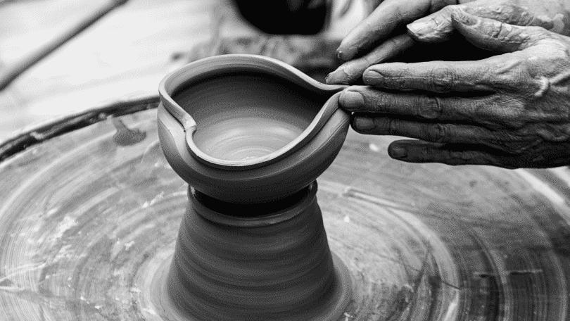Pessoa modelando a argila em formato de coração