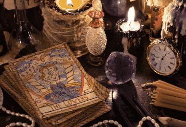 Mesa com livro de magia e poções