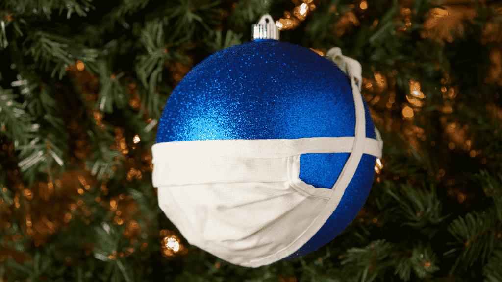Bola de natal com máscara